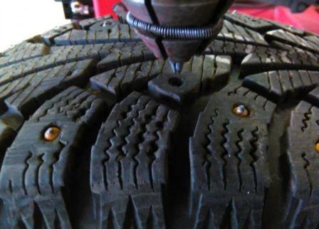 Как самому поставить шипы на шины, фото