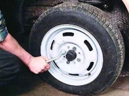 Как поменять колесо на жигулях